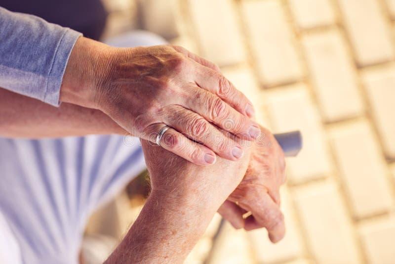 理解和支持愉快的老人一起 免版税库存照片