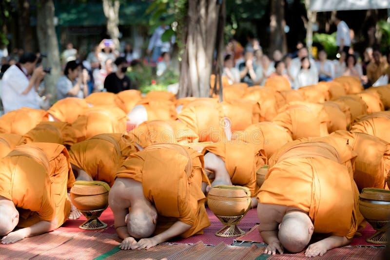 整理仪式的泰国修士 免版税库存图片
