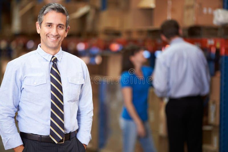 经理画象在仓库里 库存照片