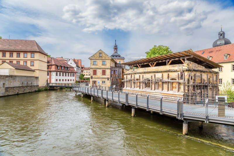 琥珀德国 与老房子的风景看法在河的人工岛上 库存照片