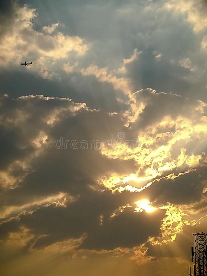 琥珀色多云的日落 免版税库存照片