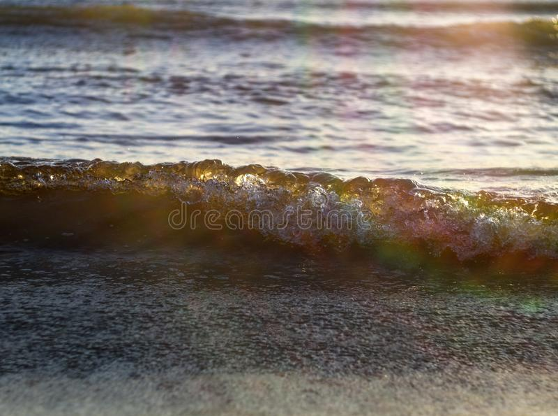 琥珀色的波浪在日落的波罗的海在克莱佩达,立陶宛 免版税库存照片