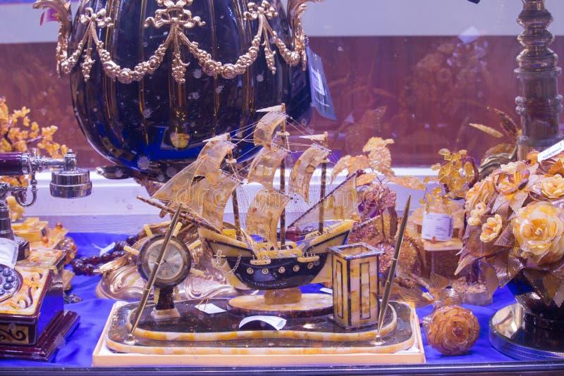 琥珀色的船,在显示的琥珀色的花在一个纪念品店在圣彼得堡 库存图片