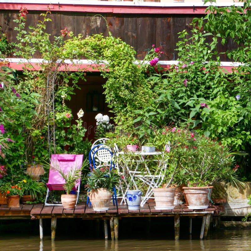琥珀,德国-琥珀著名中世纪镇在巴伐利亚弗兰科尼亚:一个小绿色大阳台的细节在河的 库存图片