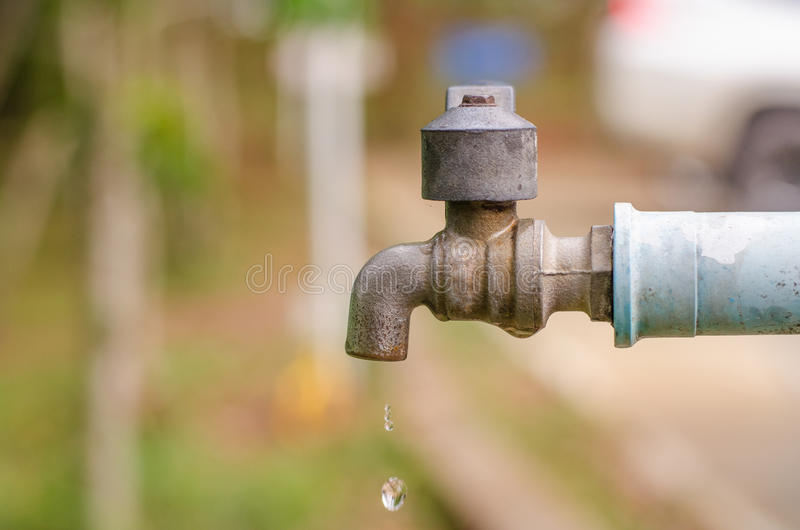 瑕疵老龙头和PVC管子 水和博士原因副产品  库存照片