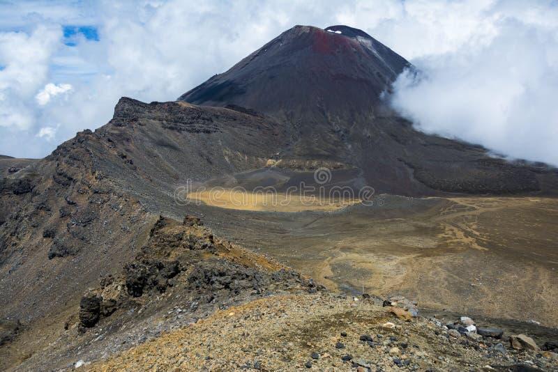 瑙鲁霍伊火山(a看法  K A Mt死命)和在Tongariro高山横穿的南火山口 免版税库存照片