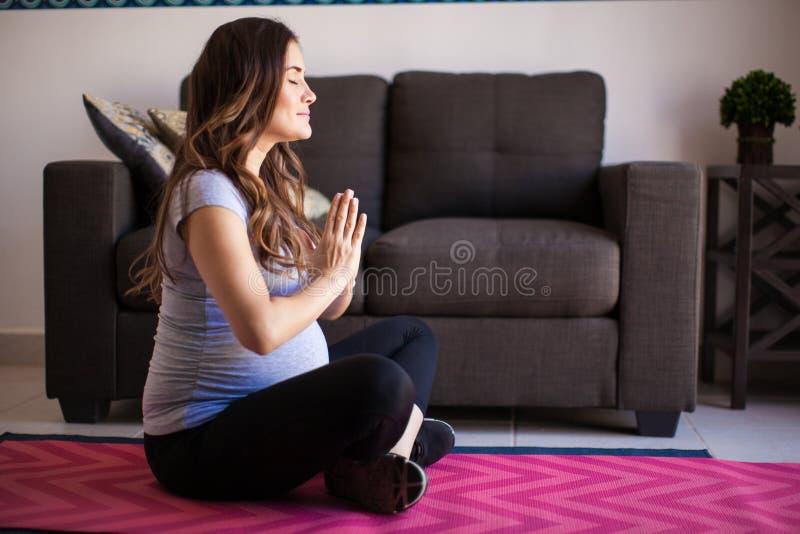 瑜伽、凝思和怀孕 免版税图库摄影