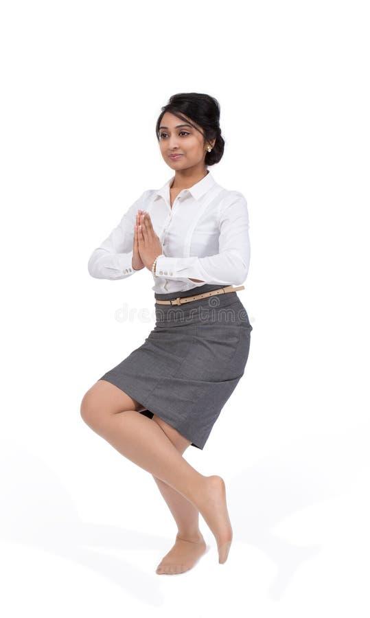 瑜伽位置的女实业家 库存照片