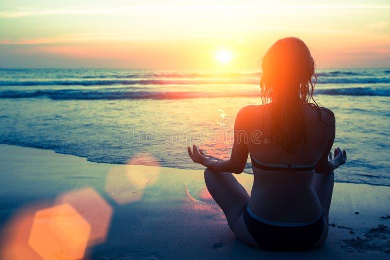 瑜伽剪影 健身和健康生活方式 免版税库存图片
