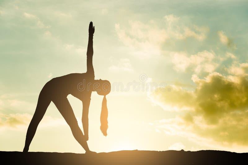 瑜伽剪影 免版税库存图片