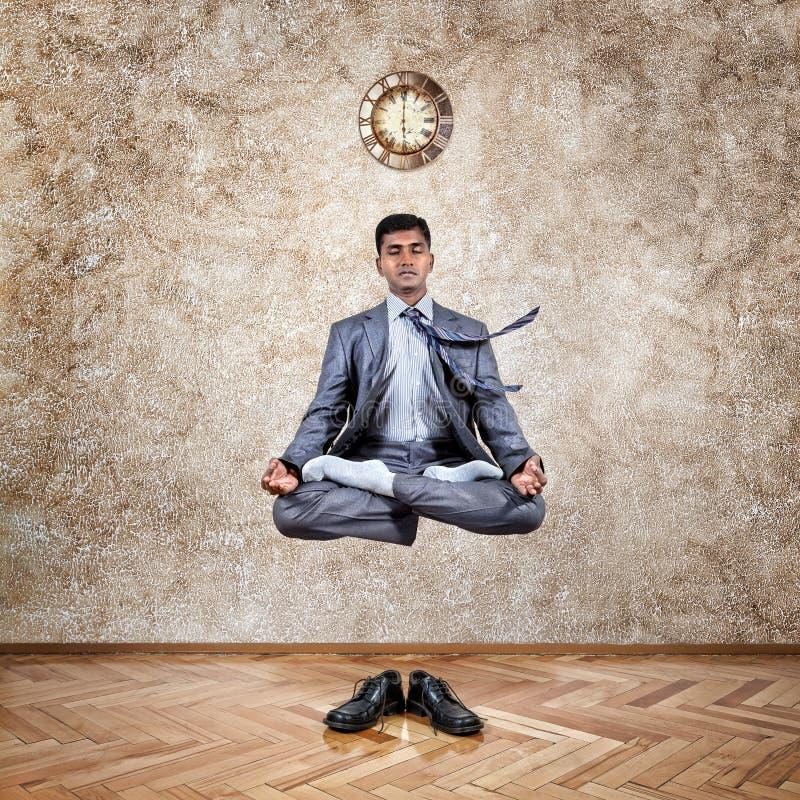 瑜伽升空的时刻 免版税库存图片