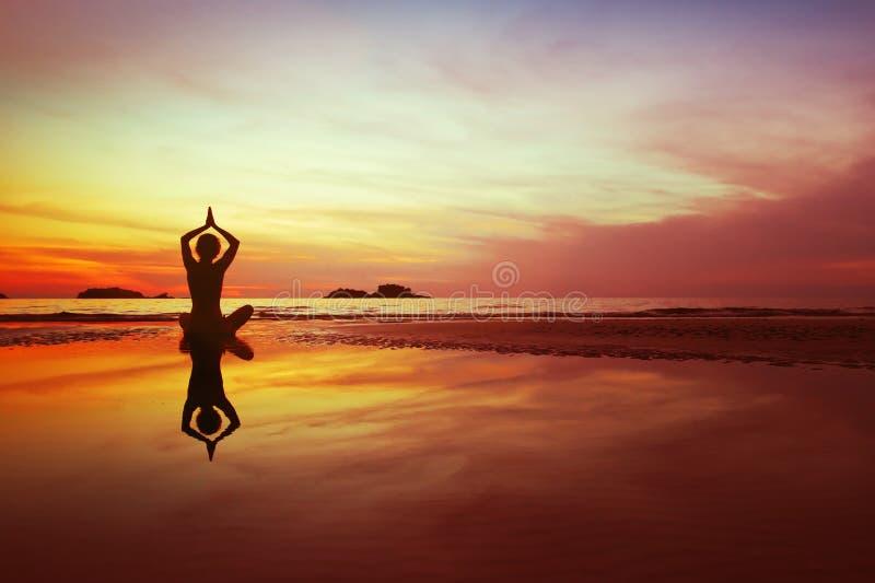 瑜伽和凝思在海滩 库存图片