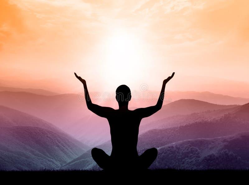 瑜伽和凝思 人剪影山的 免版税库存图片