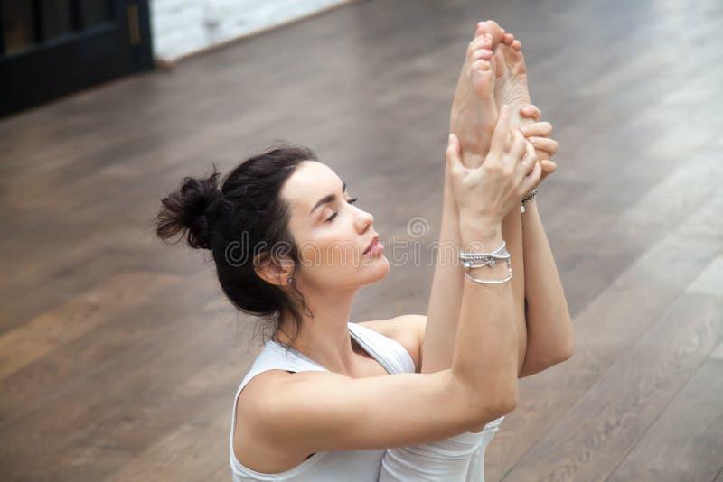 瑜伽在健身中心:Urdhva mukha paschimottanasana 免版税库存照片