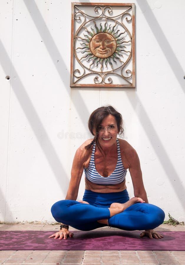 瑜伽在庭院里 库存图片