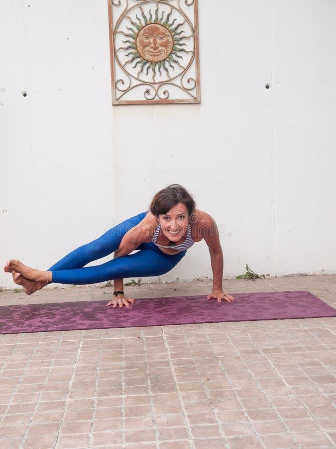瑜伽在庭院里 免版税库存照片