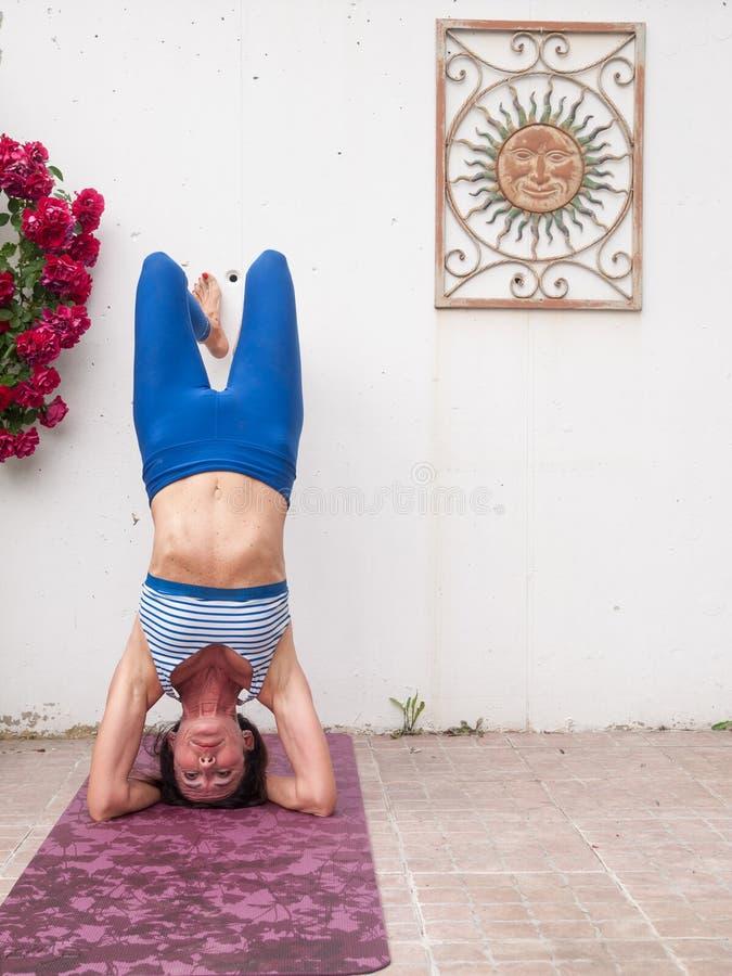 瑜伽在庭院里 免版税图库摄影