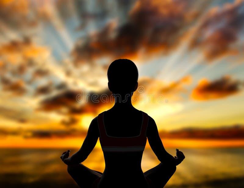瑜伽在日落的莲花姿势 库存例证