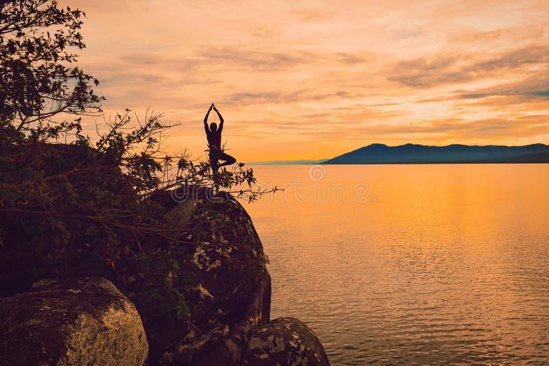 瑜伽在Kande海滩的姿势剪影 库存照片