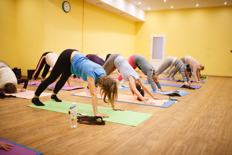 瑜伽实践在健身健身房的 库存图片