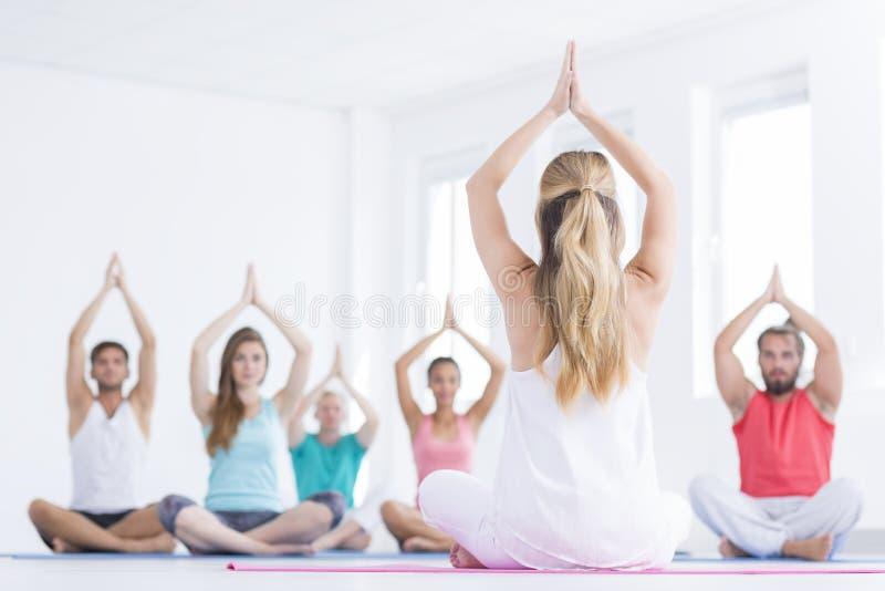 瑜伽小组照片  库存图片