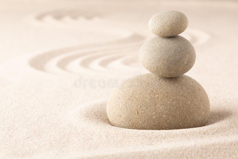 瑜伽或温泉健康含沙背景与圆的禅宗石头 免版税图库摄影