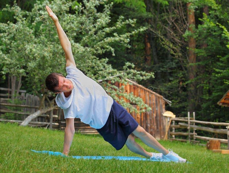 瑜伽执行: 副板条或Vasisthasana姿势 库存照片