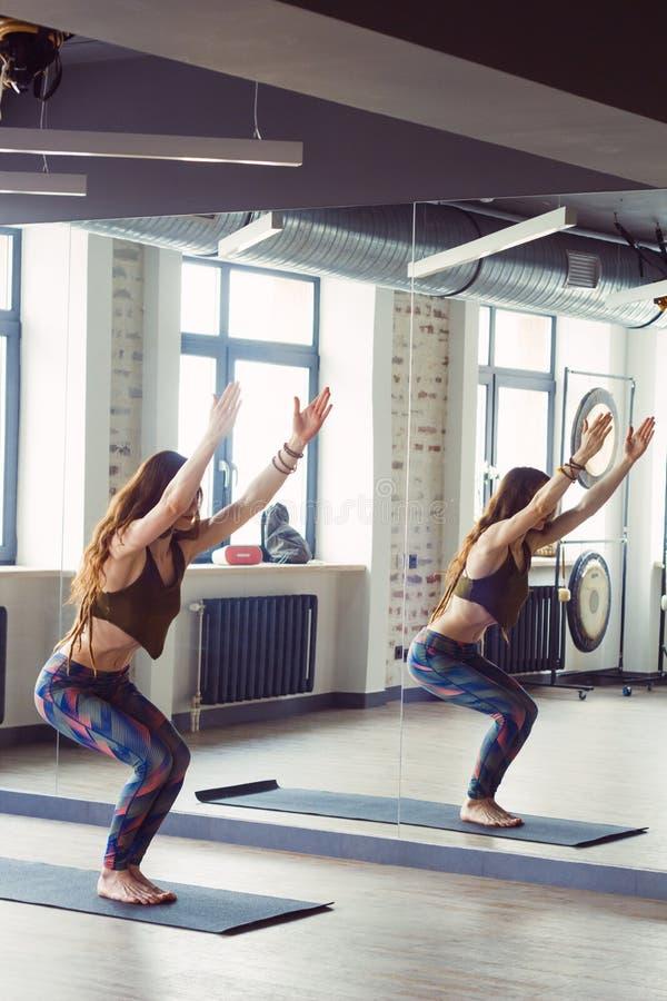 瑜伽班的美女 免版税库存图片