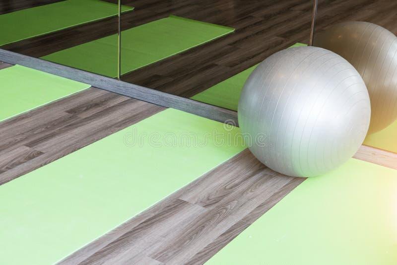 瑜伽球为解决在健身房 免版税库存照片