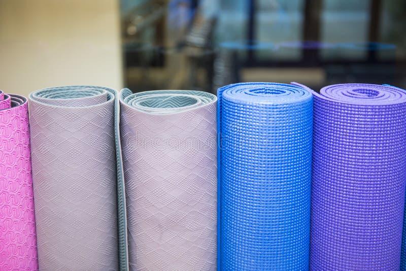瑜伽的五颜六色的席子在健身屋子里 库存图片