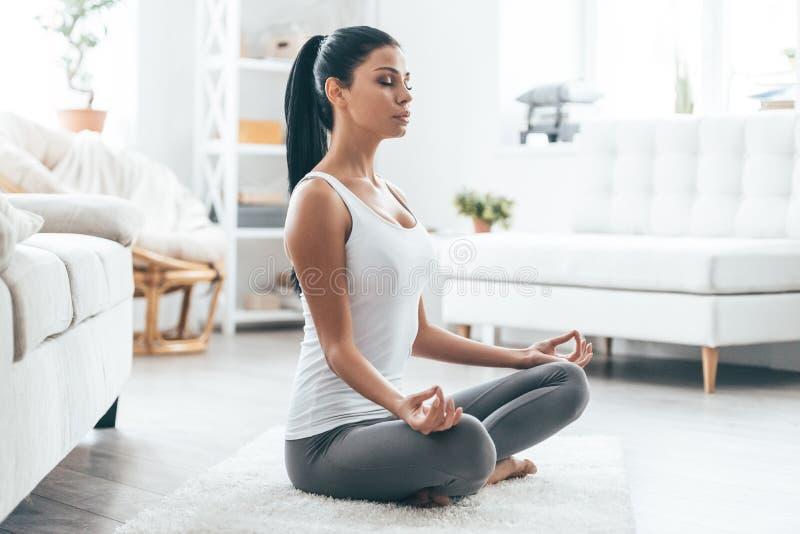 瑜伽的时刻 免版税库存照片