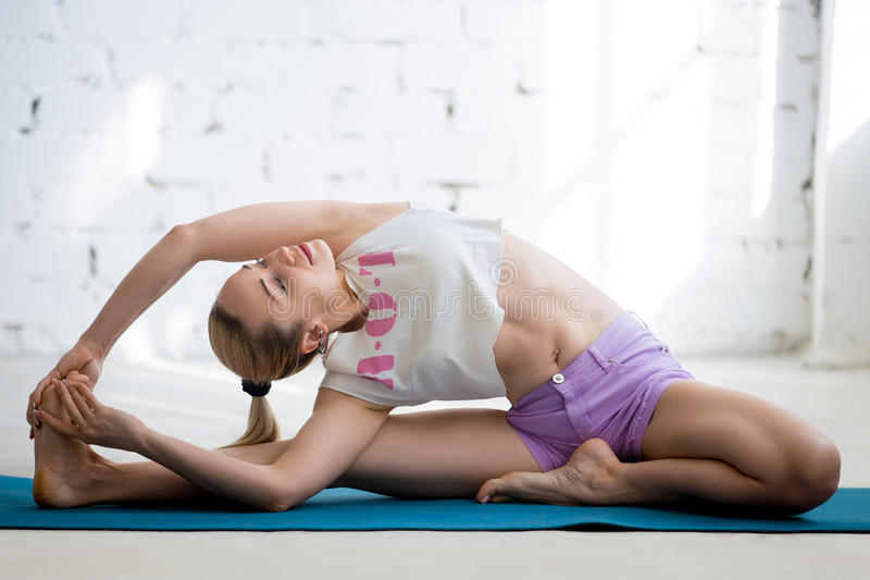 瑜伽训练在晴朗的顶楼 库存图片