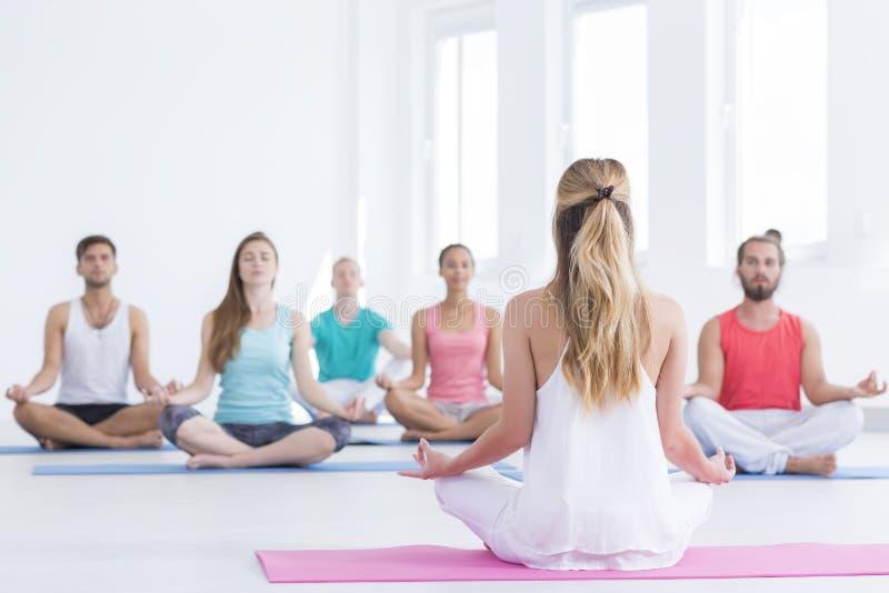 瑜伽辅导员在演播室 免版税库存图片