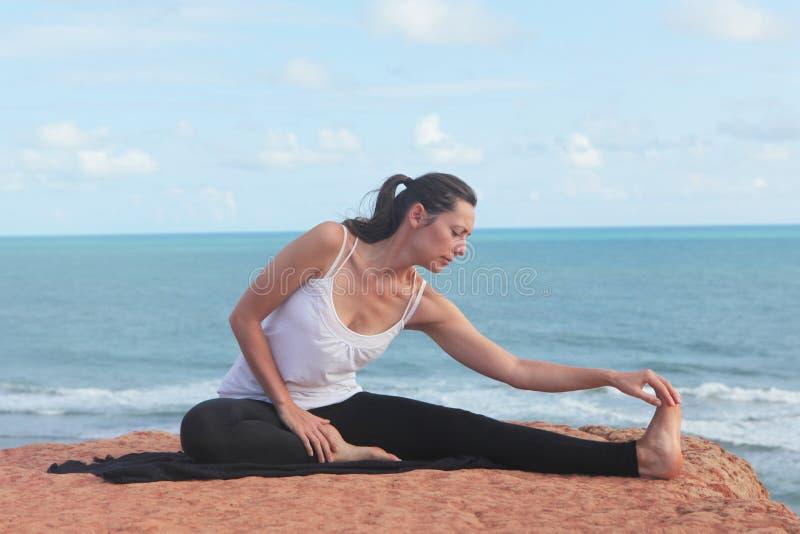 瑜伽streching锻炼的妇女 库存照片