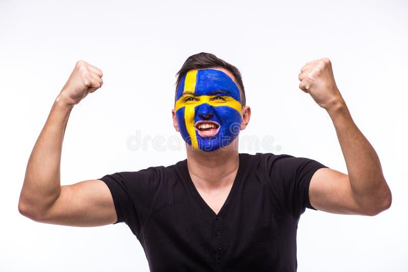 瑞典人在瑞典国家队比赛支持的足球迷的胜利,愉快和目标尖叫情感  免版税图库摄影
