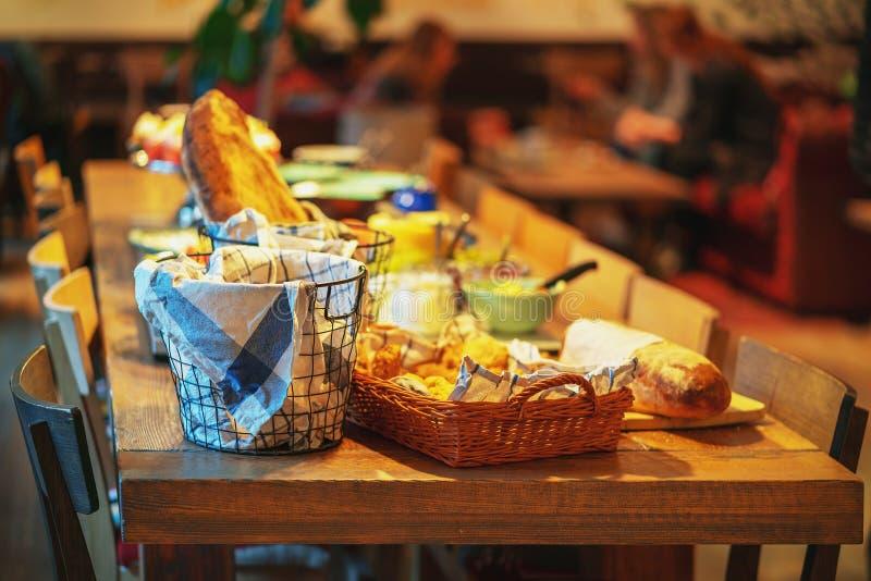 瑞典传统早餐用面包和乳酪 免版税库存照片