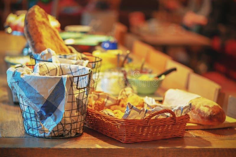 瑞典传统早餐用面包和乳酪 库存图片