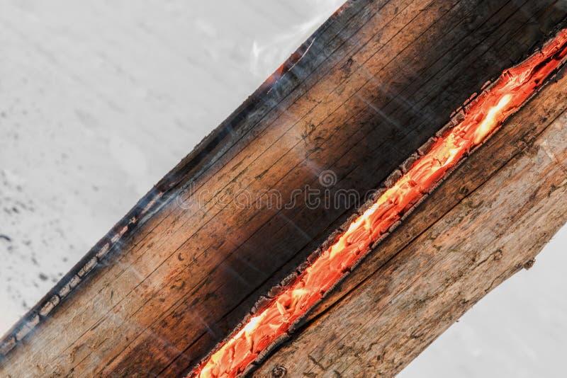 瑞典在板材的火炬火灼烧的残余部分休息的和温暖的在冬天 库存图片