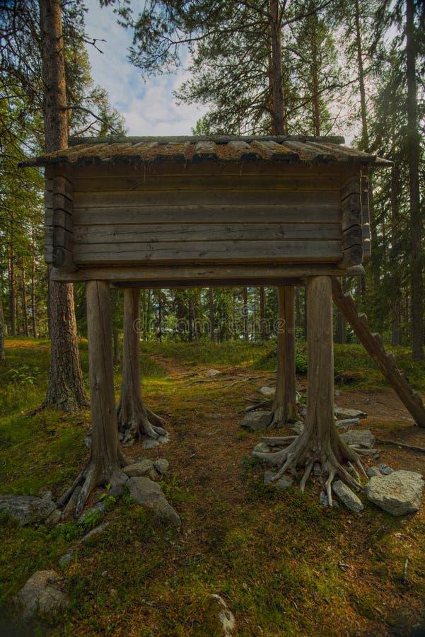 瑞典维尔米纳萨米营的高跷房屋 免版税图库摄影