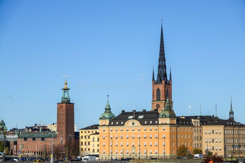 瑞典语的斯德哥尔摩政府大厦和Riddarholm教会:Riddarholmskyrkan,瑞典国君的埋葬教会 库存照片