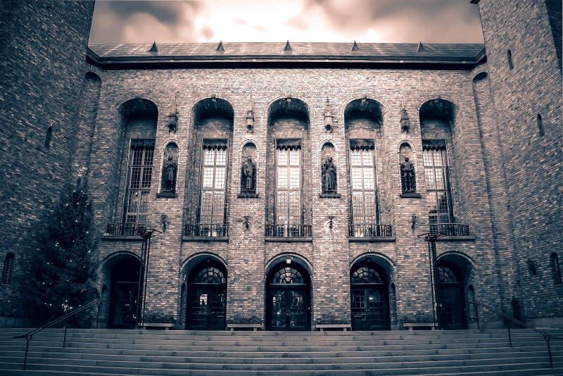 瑞典,斯德哥尔摩-城镇厅-市政委员会大厦-骑士古老雕塑在修造的墙壁上的 免版税库存照片