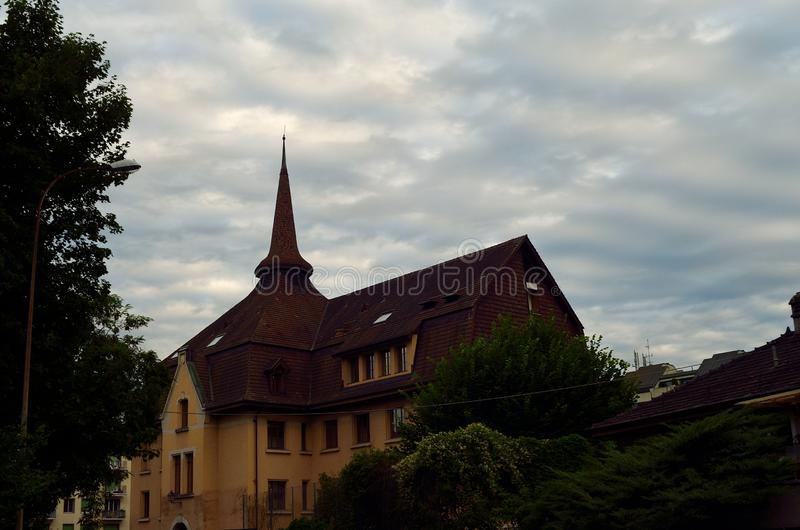瑞士人的小学在美妙的天空下 免版税库存照片
