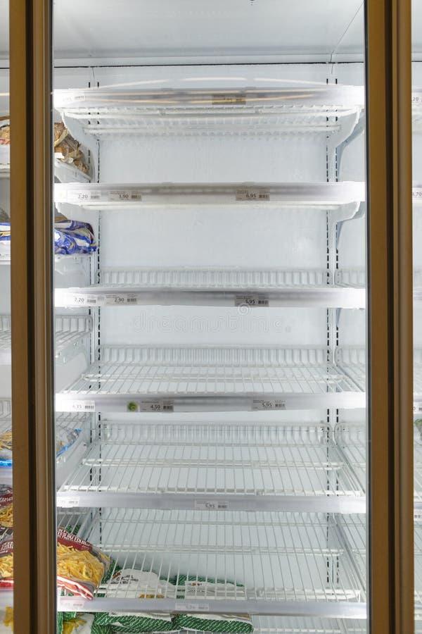 瑞士伯尔尼一家商店因为COVID-19预烧而空空的冷冻蔬菜架 图库摄影