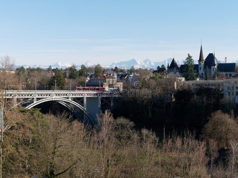 瑞士伯尔尼的Kirchenfeldbrücke桥和Aare河 免版税图库摄影