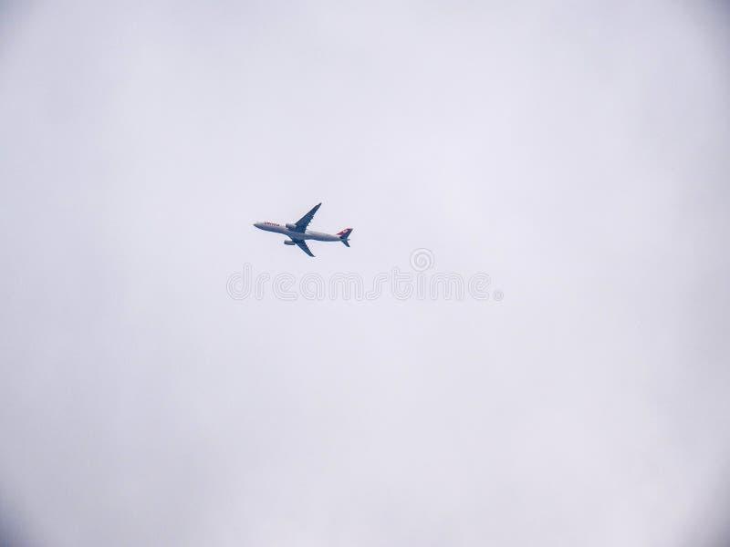 瑞士国际航空公司平面在云彩在苏黎世机场 免版税库存照片