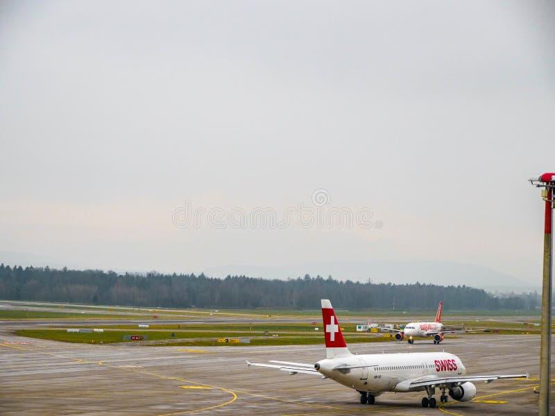 瑞士国际航空公司飞行乘出租车在苏黎世机场 免版税库存照片