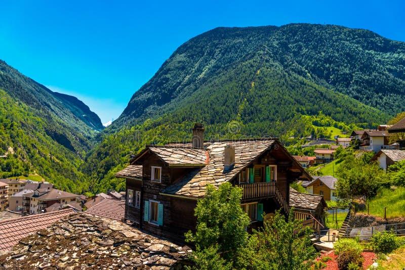 瑞士山中的牧人小屋在瑞士阿尔卑斯山脉村庄,施塔尔登,斯塔尔登里德,菲斯普,沃利斯 图库摄影