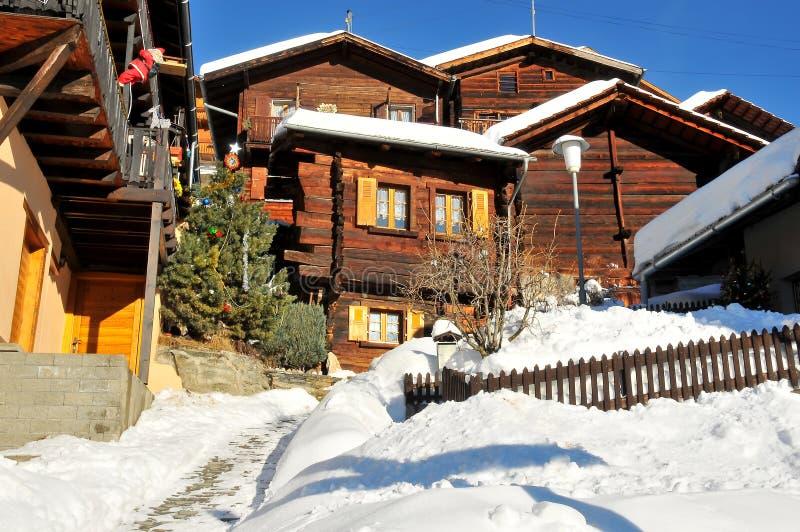 瑞士山中的牧人小屋山瑞士村庄 免版税库存图片