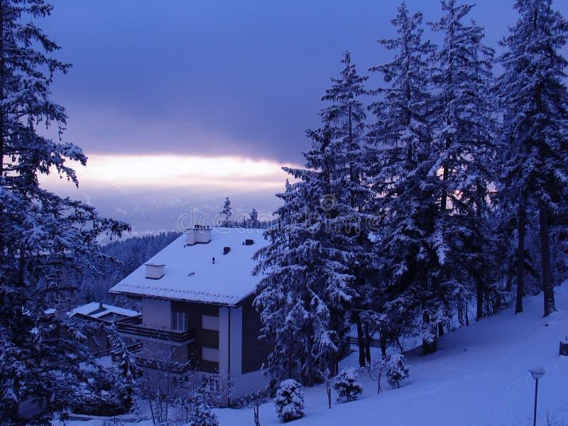 瑞士山中的牧人小屋滑雪 免版税库存照片