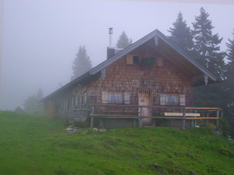 瑞士山中的牧人小屋雾山 库存照片